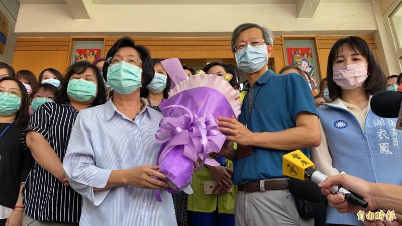 彰化縣長王惠美(前排左2)今前往彰化縣衛生局向局長葉彥伯(前排右2)和基層人員加油打氣,送上花束感謝付出。(記者張聰秋攝)
