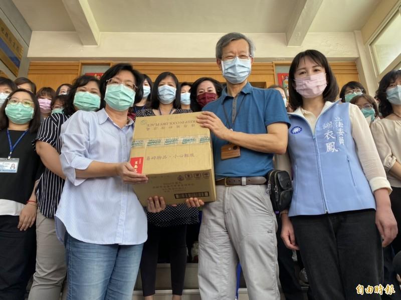 衛生局長葉彥伯代表收下縣長王惠美親自送上門的慰問品。(記者張聰秋攝)