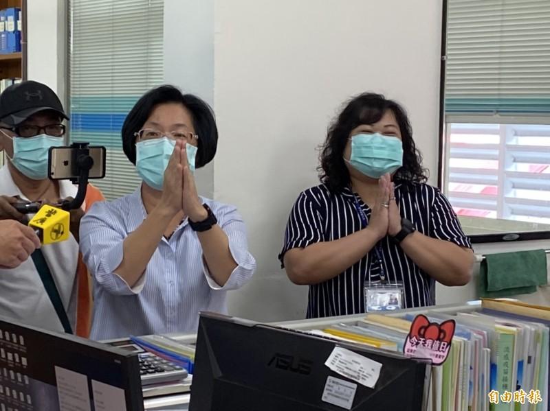彰化縣長王惠美(左)今到彰化縣衛生局慰勉鼓舞基層人員的工作士氣。(記者張聰秋攝)