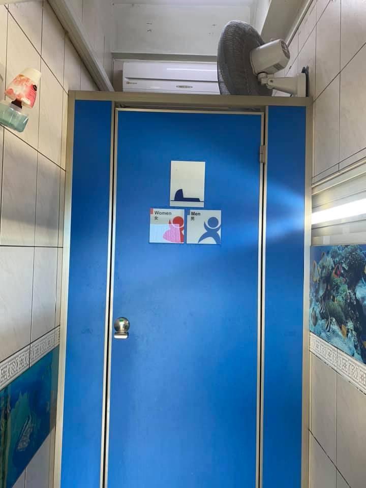 一名網友今日在臉書PO文,表示他在屏東加油站廁所時覺得涼涼的,抬頭一看竟發現一整台冷氣。他分享照片後,不少網友連聲讚「佛心」;也有網友笑稱「揪團來棒賽了!」(擷取自爆廢公社)
