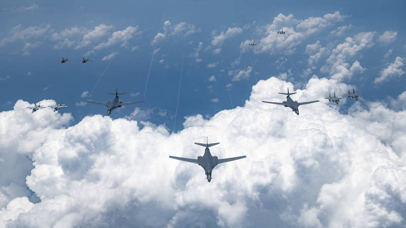 美軍與日本航空自衛隊昨天(8月18日)在日本海、東海以及沖繩周邊海域進行大規模空軍聯合軍演,雙方共派出多達39架各式戰鬥機以及轟炸機進行聯演。(圖擷取自美國太平洋空軍官網)