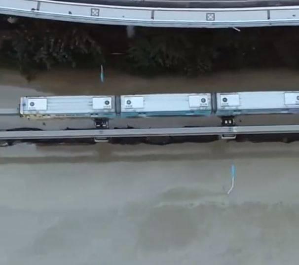 重慶今(19)日各地紛傳災情,重慶軌道2號線下方宛若汪洋一片,部分路段、樓層都被大水淹沒,軌道離水面僅剩幾公尺距離,宛如知名導演宮崎駿動畫「神隱少女」中列車在水上行駛的場景。(擷取自微博)