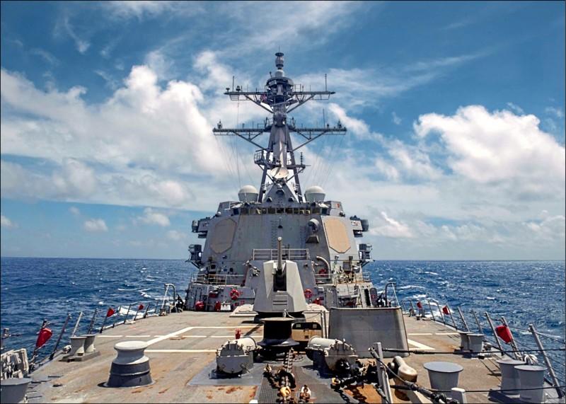 美國海軍伯克級神盾驅逐艦馬斯廷號昨日航經台灣海峽,共軍聲稱全程跟蹤與監視。(取自美軍第七艦隊臉書)