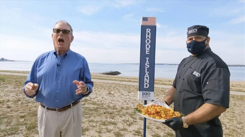 美國羅德島州民主黨黨部主席麥克納瑪拉(左)趁全代會逐州提名拜登參選總統之際,公然幫該州的官方開胃菜「香炸魷魚圈」大打廣告。(美聯社)