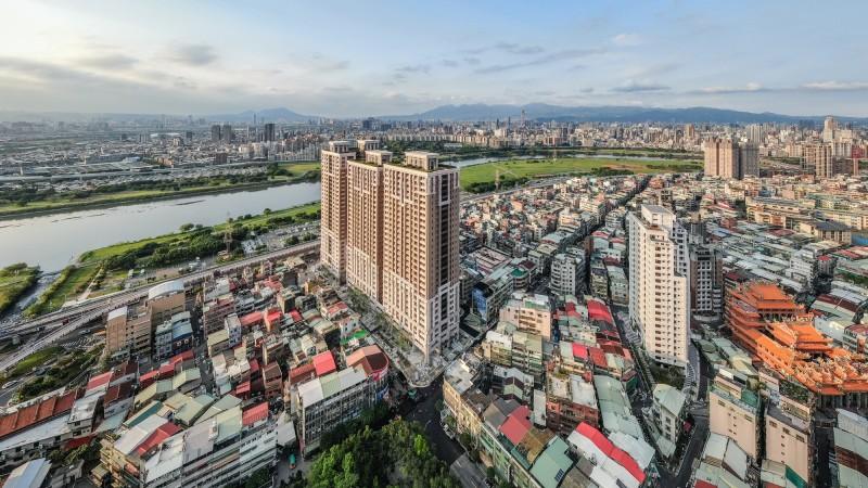新北市永和大陳社區都更案全區面積8.2公頃,目前僅單元2(圖中突起建築物)完工。(都市更新處提供)