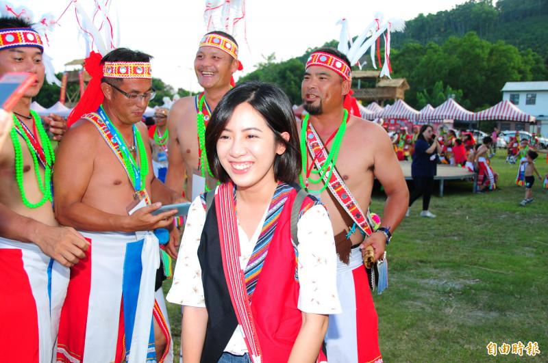 部落冷笑話的威力讓學姐在合照結束後,還是笑得相當燦爛。(記者花孟璟攝)
