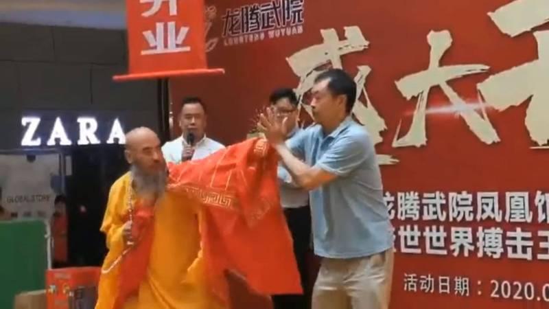 馬保國(右)和袈裟老衲(左)在台上進行表演賽。(圖擷自微博)