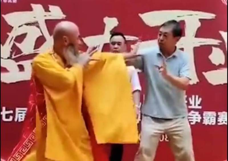 袈裟老衲(左)使出如來神掌反擊馬保國(右)。(圖擷自微博)