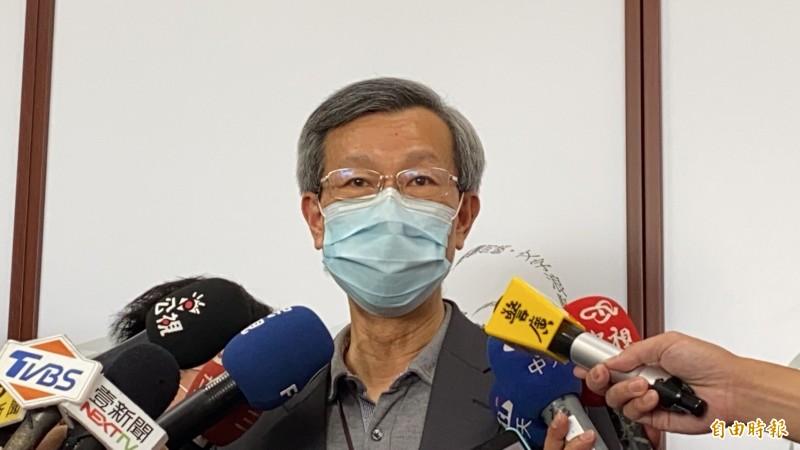 彰化衛生局長葉彥伯講到激動處眼眶泛紅,哽咽許久。(記者張聰秋攝)
