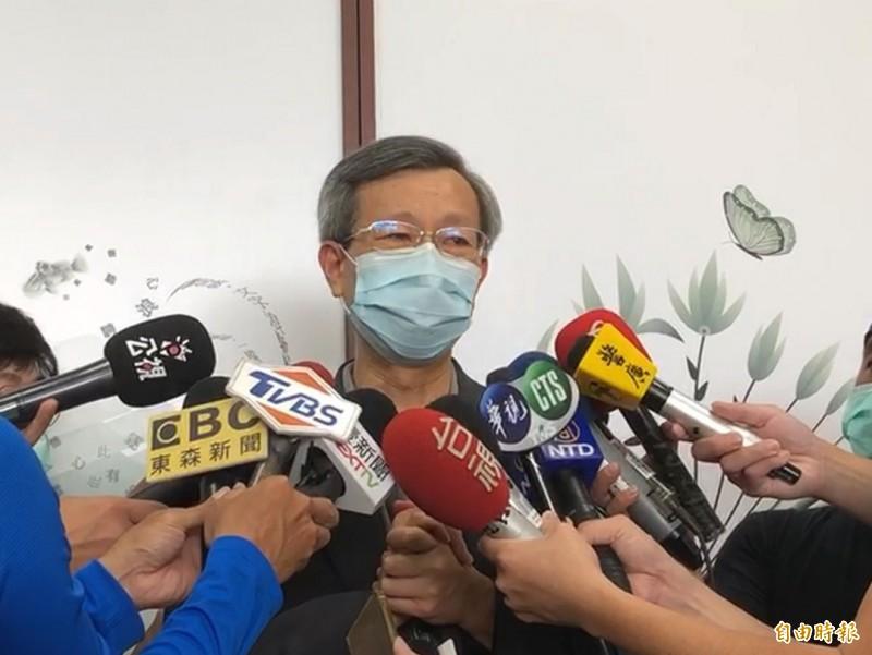 彰化衛生局長葉彥伯在記者會二度眼眶泛紅、哽咽,他說,自己百分之百挺阿中部長。(記者張聰秋攝)