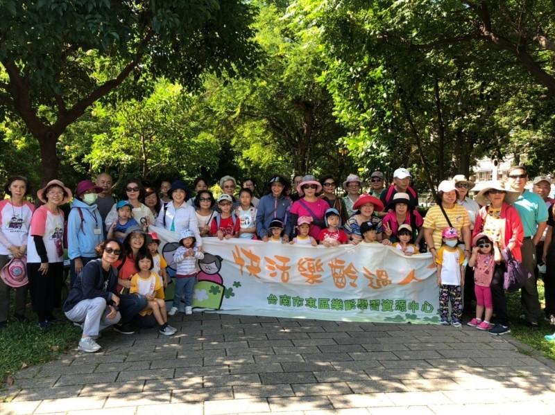 迎接祖父母節,東區樂齡學習中心與光華附幼、光華高中學生同遊巴克禮公園。(記者洪瑞琴翻攝)