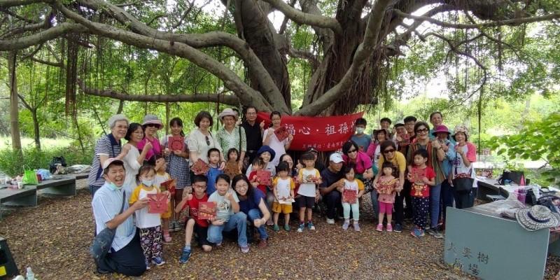 東區樂齡學習中心提早慶祝祖父母節,今天舉辦「走讀巴克禮」公園導覽,樂齡志工與學生老少攜手共襄盛舉。(記者洪瑞琴翻攝)