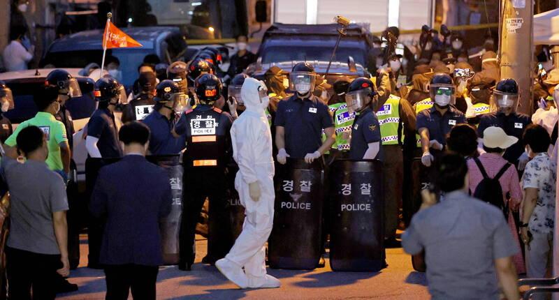 首爾市城北區愛第一教會集體感染案爆發後,疫情迅速蔓延。圖為在愛第一教會前駐守的警察。(歐新社)