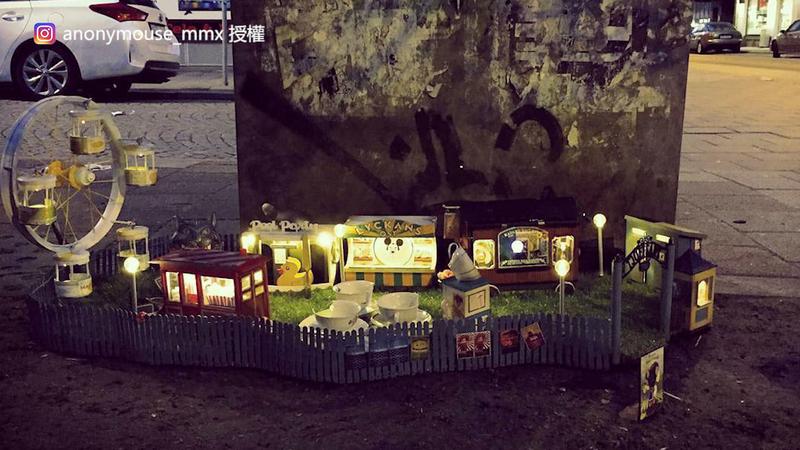 「匿名鼠」在街角放置的迷你遊樂園。(Instagram anonymouse_mmx 授權)