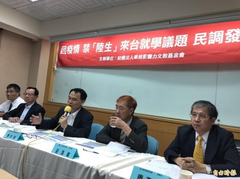 草根影響力文教基金會今天開記者會公布民調結果,認為「限制外籍生及中生來台就學,會影響台灣高教的生存發展」僅32%,相反有46%認為不會影響。(記者林曉雲攝)