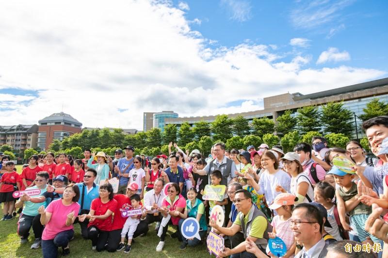 桃園市長鄭文燦(中)參加「祖父母節慶祝活動:祖孫同樂健走去」,與民眾同歡。(記者周敏鴻攝)