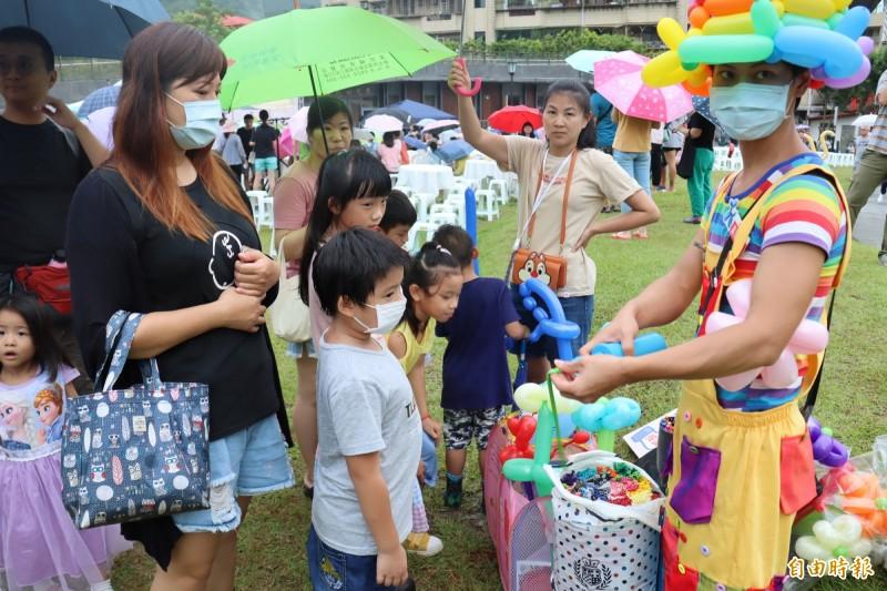 深坑四寶文化節提供親子好吃及好玩的有趣活動。(記者翁聿煌攝)