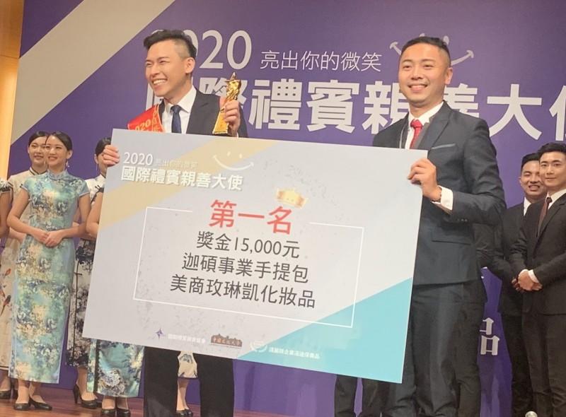首屆校園國際禮賓親善大使選拔,今天在中國文化大學進行總決賽。中原大學學生彭邦典(左)奪男禮賓親善大使第一名。(文化大學提供)