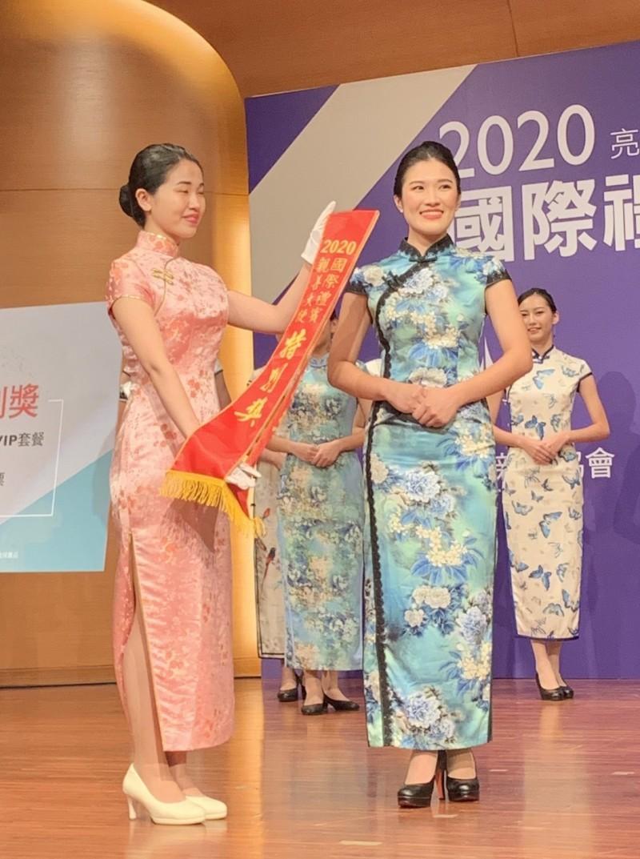 首屆校園國際禮賓親善大使選拔,今天在中國文化大學進行總決賽。大會頒發創辦人特別獎給台大學生杜晴雯(右)。(文化大學提供)