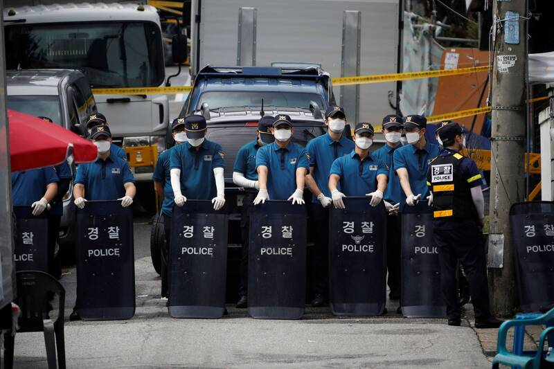 首爾城北區的「愛第一」教會集體感染案對南韓防疫工作造成重大負面影響。圖為南韓警方21日駐守在愛第一教會前畫面。(路透)