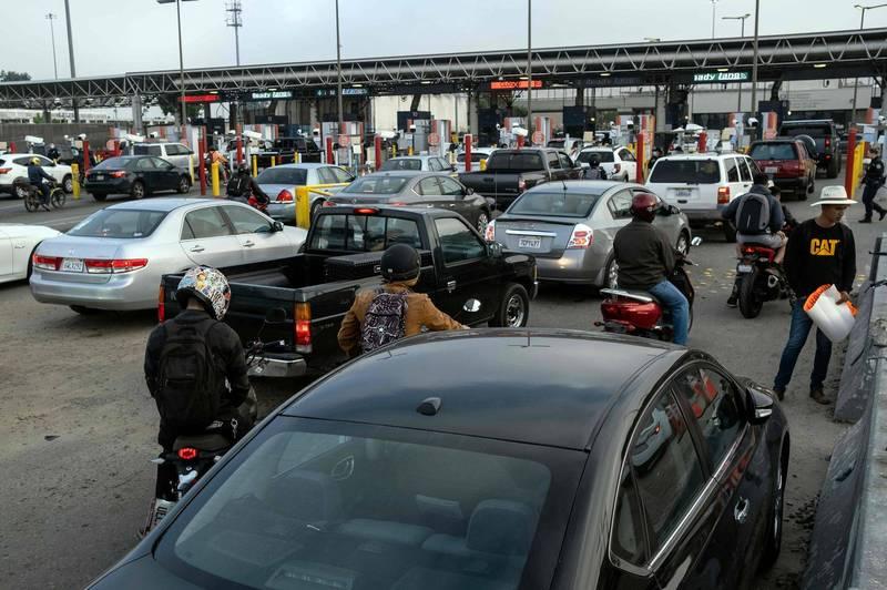 美國昨天關閉與墨西哥邊境部分通行車道,執行更多次的檢查以限制不必要的邊境旅遊,防堵武漢肺炎(新型冠狀病毒病,COVID-19)。圖為美墨邊界。(法新社資料照)