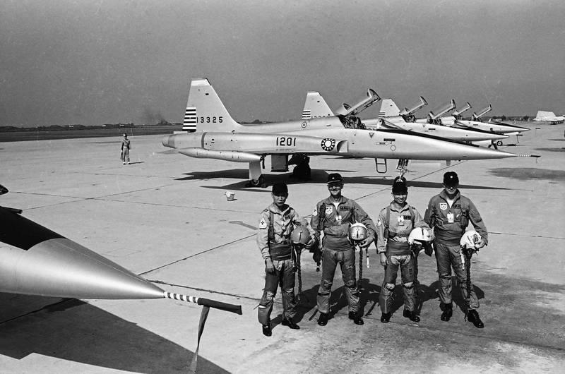美國在台協會(AIT)在臉書PO出兩張美軍駐台時期的老照片,一張是台美飛行員在F-5A超音速噴射戰鬥機前合影。(圖擷自美國在台協會 AIT臉書)