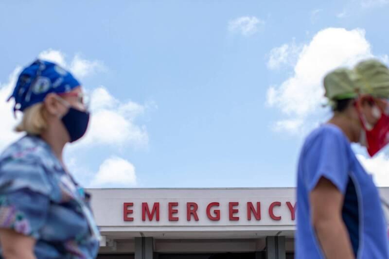 美國單日新增逾4萬例,新增死亡病例數破千例。圖為加州一間醫院急診門口前的醫護人員。(路透)