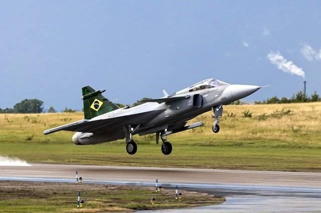 巴西飛官21日終於在瑞典林雪坪(Linköping)進行巴西製獅鷲戰鬥機(JAS 39 Gripen)首飛,圖為巴西製獅鷲戰鬥機。(擷取自巴西國防部)