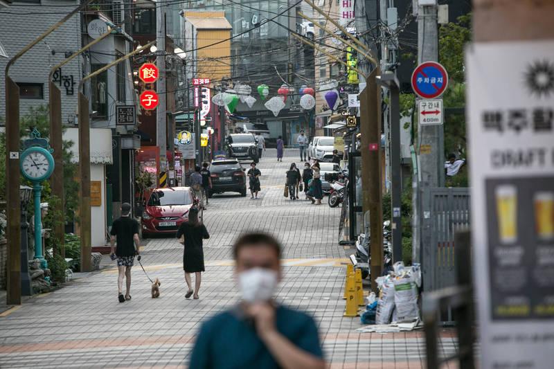 南韓今日新增332例確診,鑑於疫情升溫,南韓政府明起將在全國實施二級防疫措施。(彭博)