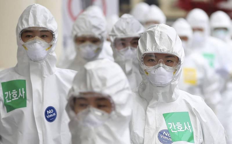南韓多間醫院傳出護理師確診武漢肺炎(新型冠狀病毒病,COVID-19)的事件,院方採取緊急關閉病房的措施應對。南韓醫護人員示意圖。(美聯社)