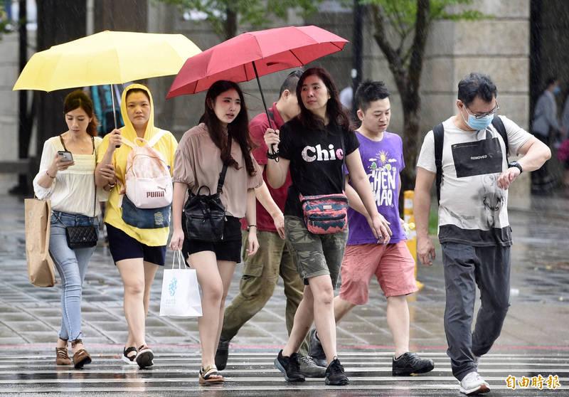 明(23)日全台受颱風巴威外圍環流影響,天氣不穩定,北部、東部、嘉義以南以及山區須提防豪雨發生。(資料照)