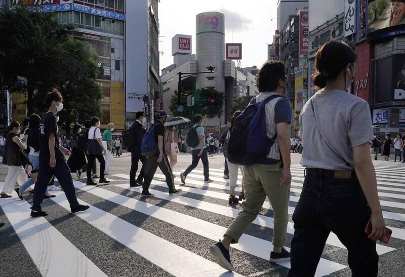 日本21日全境新增1034例確診病例、15例死亡病例。圖為東京澀谷街景。(歐新社)
