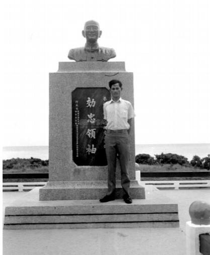 蘭嶼的蔣介石銅像位於警總蘭嶼指揮部舊址,目前留有一座斑駁銅像及刻有「效忠領袖」的基座。(記者陳鈺馥翻攝)