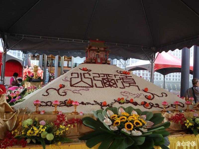 本願山彌陀講堂利用6000斤白米堆成的「須彌山」,以布施給四方的好兄弟。(記者歐素美攝)
