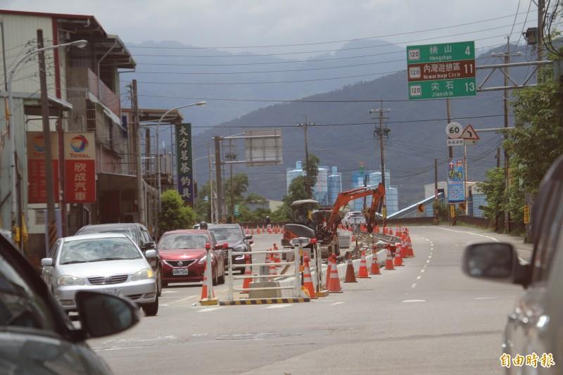 120號縣道在新竹縣芎林文衡路到台3線路段,在年底前正在施工改造,新建中央分隔島後,也將把兩側的電桿、纜線全面下地,許未來1條林蔭大道的出現。(記者黃美珠攝)