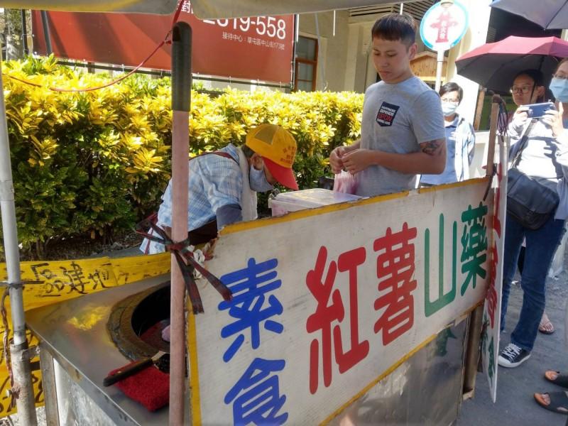 很多來自外地的年輕人排隊買草屯紅薯阿嬤煎的紅薯。(李靜兒提供)