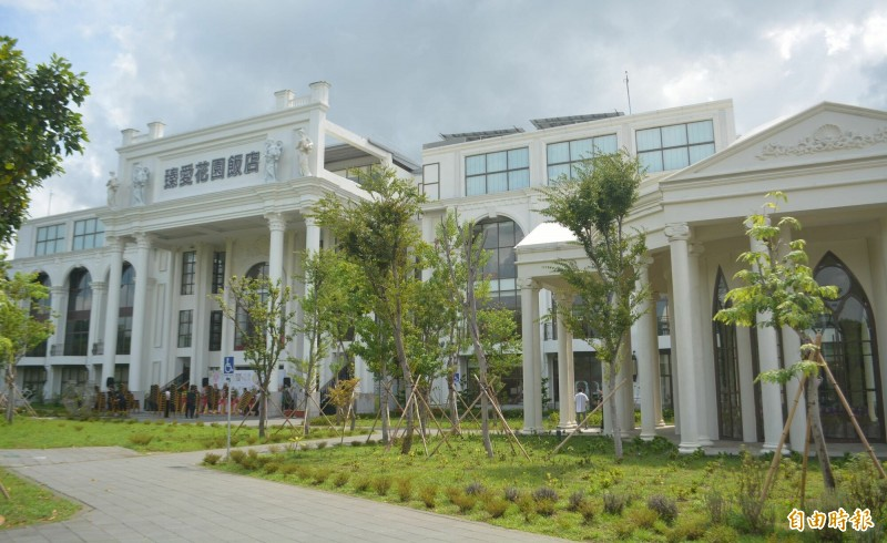 斥資6億在台中烏日高鐵特區興建的臻愛花園飯店,今天正式開幕。(記者陳建志攝)