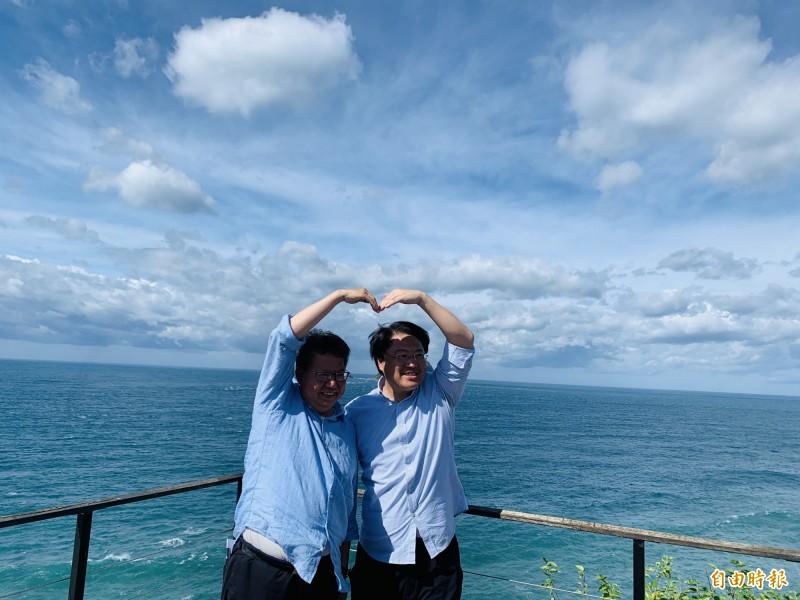 基隆市長林右昌(右)、桃園市長鄭文燦(左)攜手拚觀光,林、鄭兩人一起比愛心手勢,提前祝賀七夕情人節,也象徵「同心協力」之意,希望民眾一起「作伙來基桃」遊玩。(記者俞肇福攝)