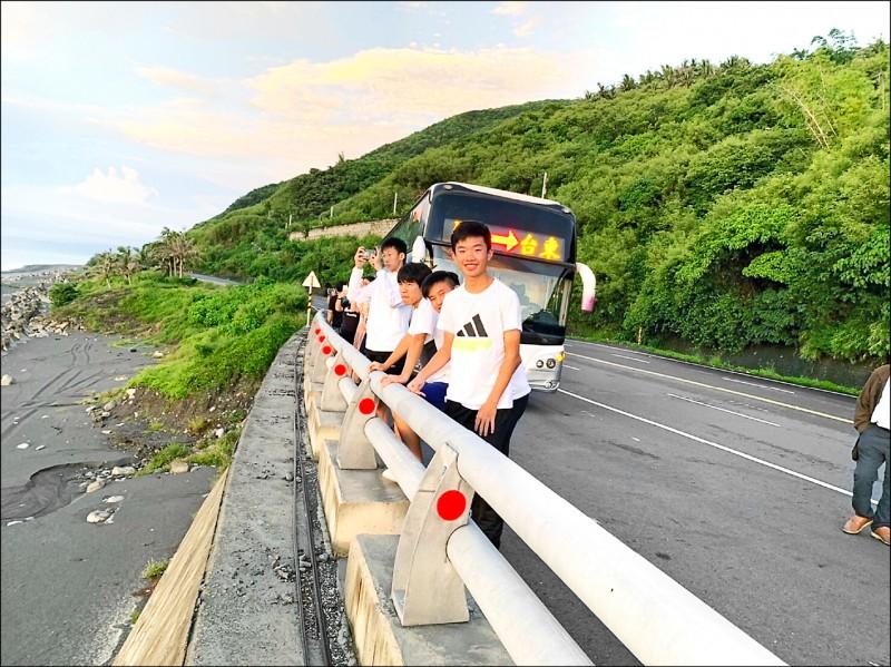 一群國中畢業生挑戰客運24小時環島,感謝國光客運司機帶他們拍日出及介紹沿途風景。(王昱翔提供)