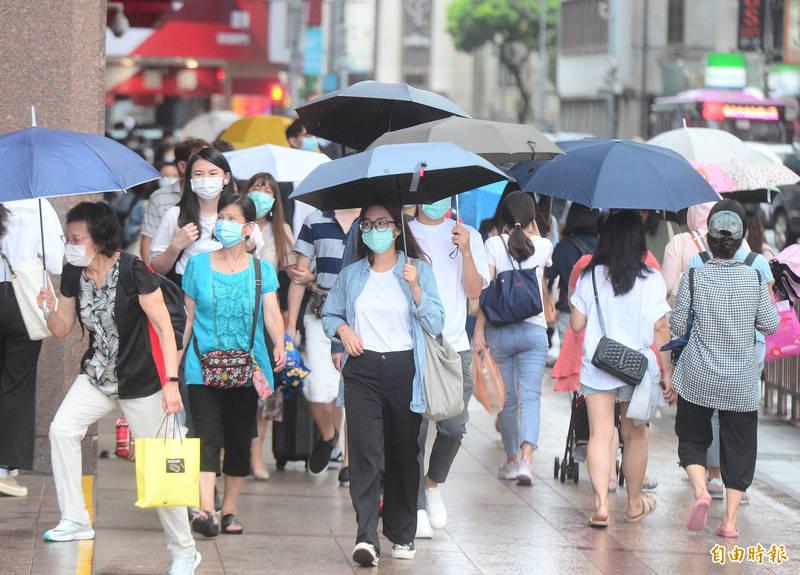 受颱風外圍環流影響,西半部地區有局部短暫陣雨,基隆北海岸、北部山區及南部地區雨勢較明顯。(資料照)