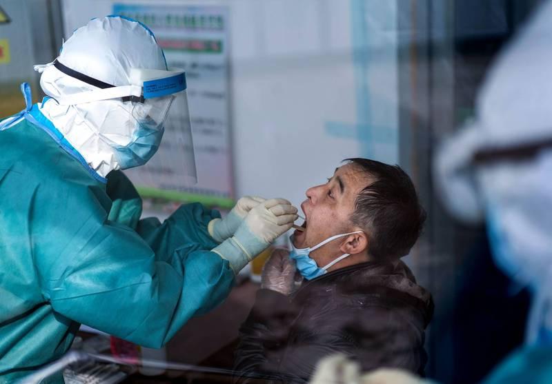 香港9月1日將進行先前宣布的「自願性普及社區檢測」,中國也支援香港進行防疫工作,對此中共官媒先行撂狠話,稱「誰再藉機企圖阻礙抗疫,就是對香港市民福祉的背叛。」圖為中國醫護人員進行武肺篩檢。(法新社)