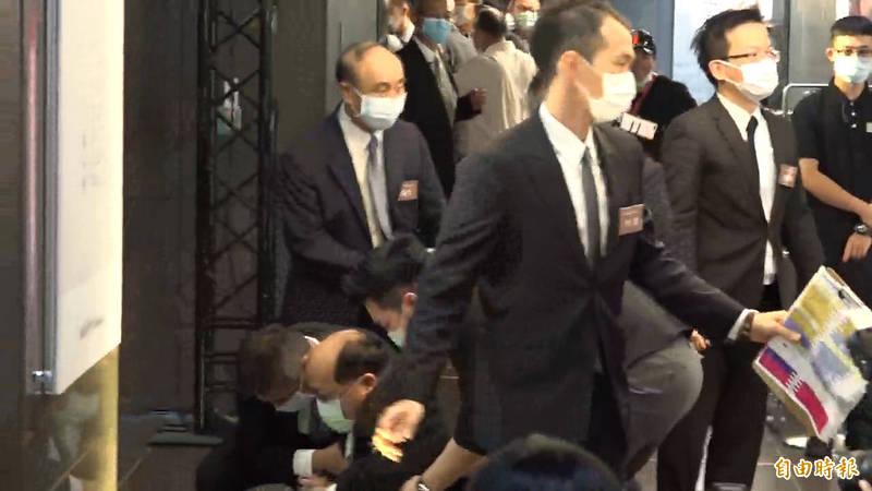 韓國瑜現身引起現場媒體大騷動,甚至還有尖叫聲,在混亂中,與韓國瑜幾乎同時要進入會場的胡志強疑似在推擠中跌倒。(記者林弦儒攝)