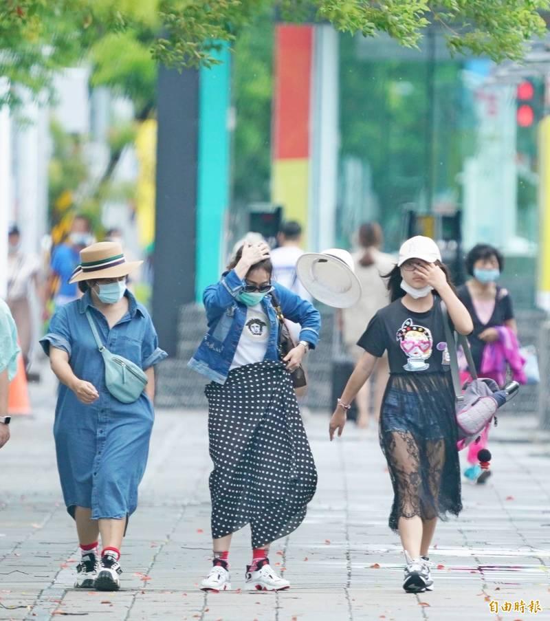 巴威颱風越來越遠離台灣,氣象專家吳德榮指出,巴威颱風強度仍在持續增強當中,因此明起台灣附近受其引進的西南風,俗稱颱風尾影響,將持續至週五。(記者黃志源攝)