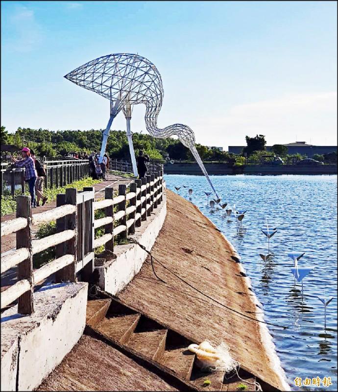 首屆「2020富岡鐵道藝術節」展出作品「粼粼波光、翩翩白影II」,續留原地展出。(記者李容萍攝)