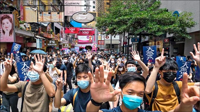 中國對香港民主自由不斷打壓,港人出走潮不斷升溫,七月申請移居台灣人數創下今年單月新高。(彭博檔案照)