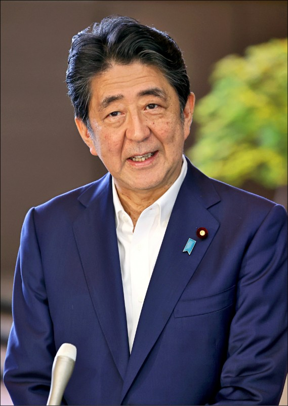 日本首相安倍晉三至23日已連續在任2798天,追平外叔公、前首相佐藤榮作所創下的紀錄,24日將成為日本憲政史上目前連續在任天數最長的首相。 (歐新社)