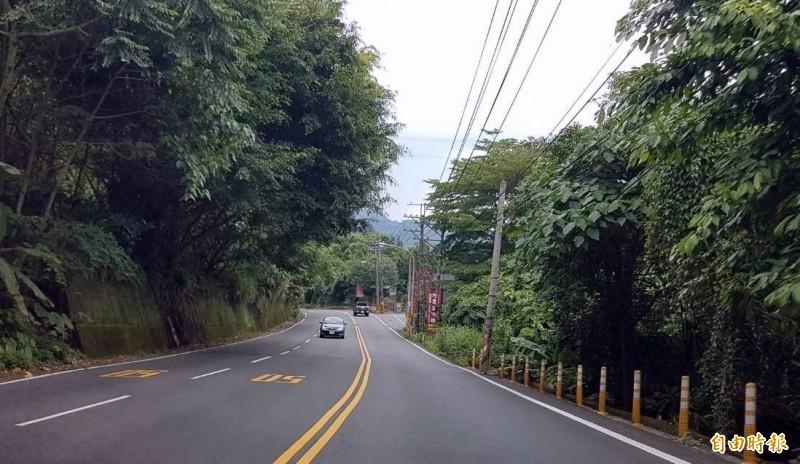 溪頭對外要道151縣道速限只有50公里,且爬坡2車道,下坡只有1車道,相當特別。(記者謝介裕攝)