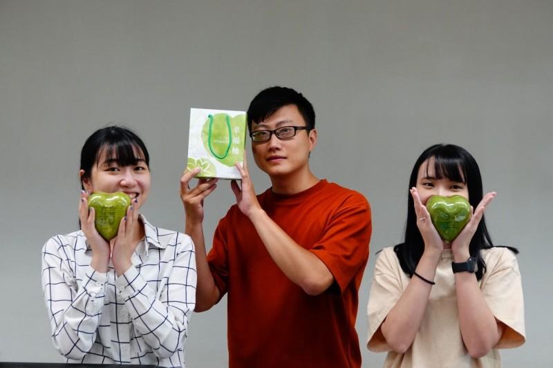 八里區農友2013年起種植「心型柚」,今年產季已開始,為七夕情人節應景水果。(市府農業局提供)