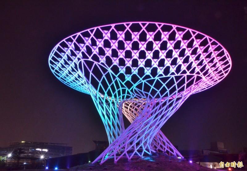 台南高鐵站旁的綠能科技示範場域,有1株造型特殊的太陽能樹,每晚定時上演LED燈七彩秀。(記者吳俊鋒攝)