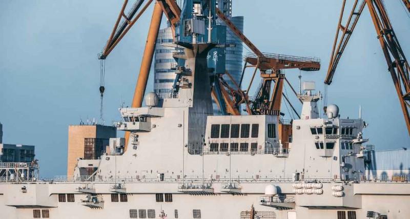 中國075兩棲攻擊艦首艦日結束海試歸來後,桅杆突然「變黑」,引發熱議。(翻攝自微博)